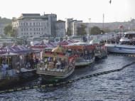 Barcos donde hacen el bocadillo típico de pescado en Eminönü en Estambul