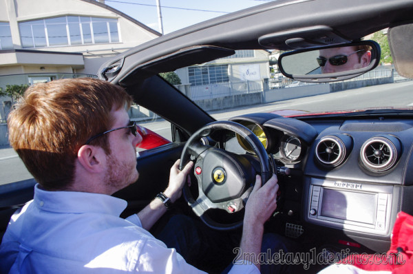 Eguino conduciendo un Ferrari California