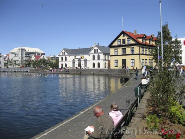 Lago Tjörnin en el centro de Reykjavík