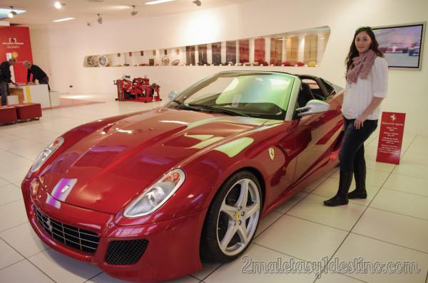 Vanina junto a un Ferrari SA Aperta