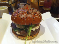Euro Burger: alioli trufado, queso de cabra, rúcula y tomate asado