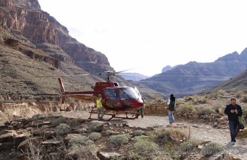 Helicóptero junto al río Colorado