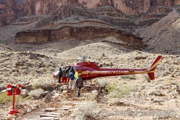 Turistas subiendo al helicóptero en el Gran Cañón