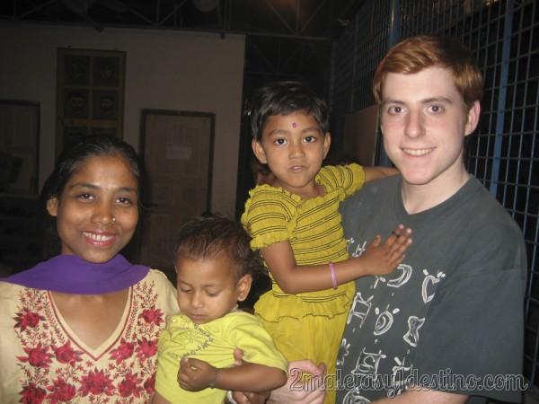 Con una familia india en un hogar de acogida