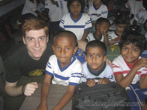 Eguino con niños indios en la escuela