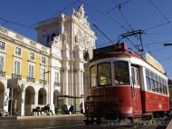 Lisboa - Tranvía antiguo en la Plaza del Comercio