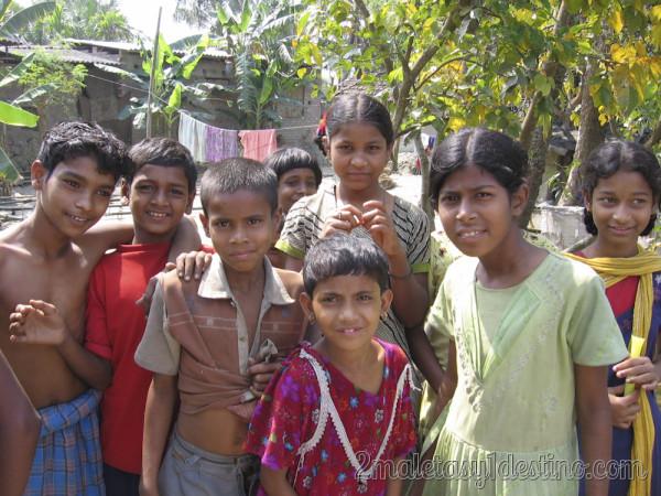 Niños en un pueblo indio