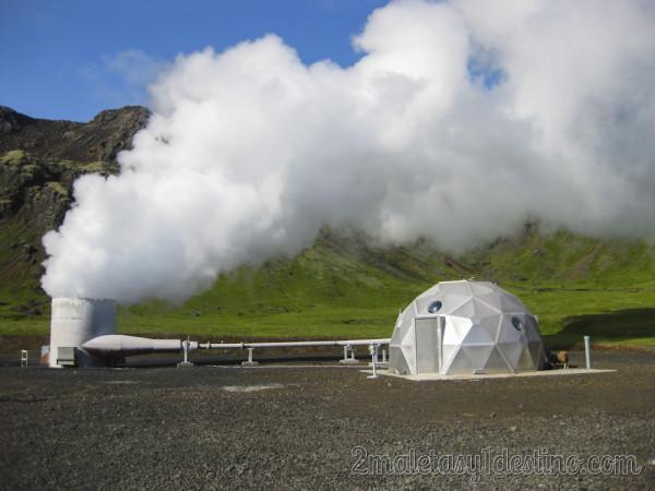 Chimenea estación geotermal