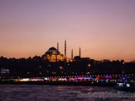Puente de Gálata con luces y Mezquita de Suleiman