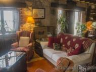 Salón con sofá y sillones