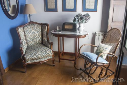Silla, sillón y radio en la habitación