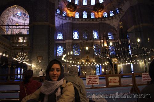 Vanina en el interior de la Mezquita Azul