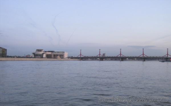 Puente y Universidad de Budapest