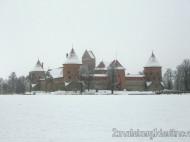 Castillo Trakai nevado y lago helado