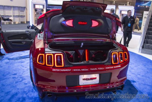 Ford Mustang GT Convertible con equipo de música Kenwood en el CES
