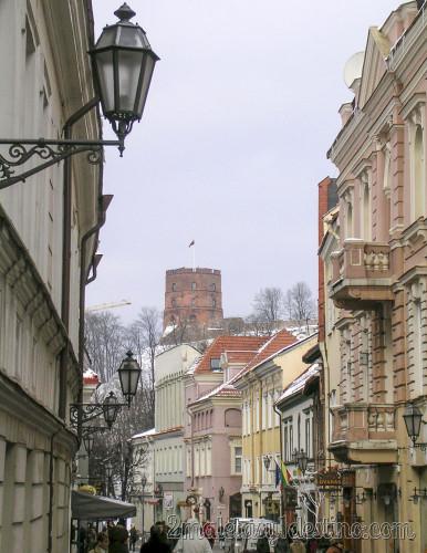 Torre de Gediminas desde las calles de Vilnius