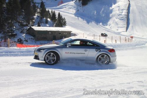 Audi TT derrapando en la nieve