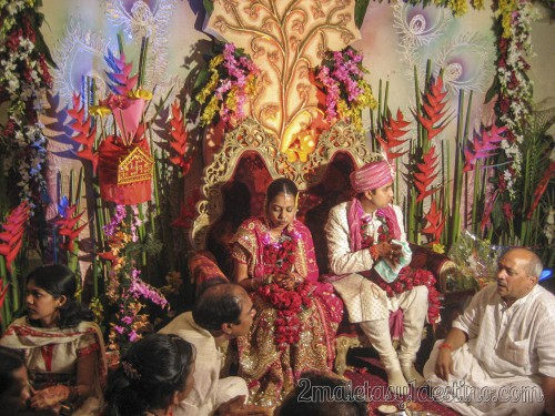 Novios indios con familias