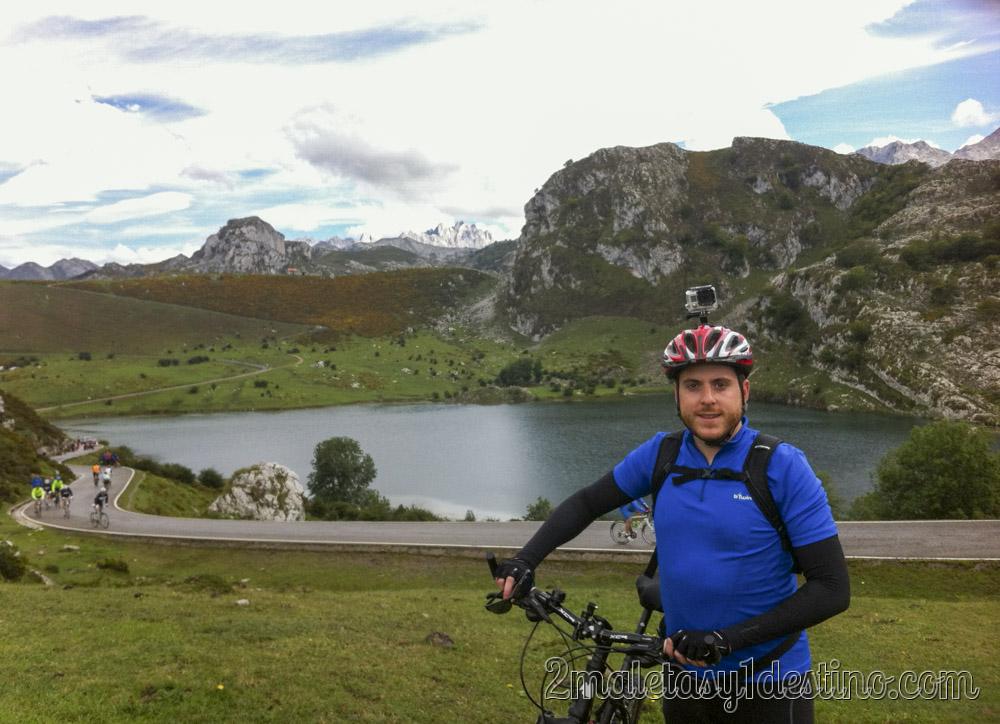 Alfonso Eguino en bici en los Lagos de Covadonga
