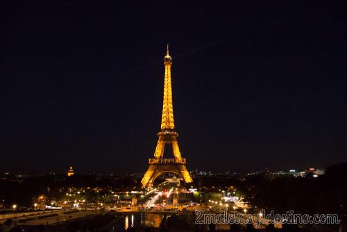 Torre Eiffel iluminada de noche en París