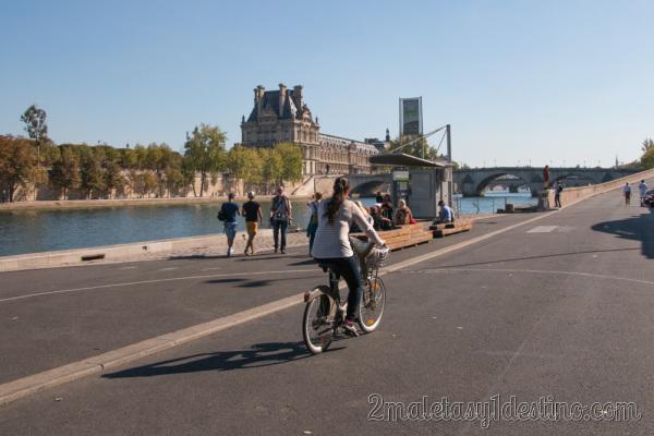 Vanina en bici junto al Sena en París