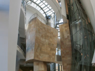 Guggenheim de Frank Gehry - interior del edificio ascensor