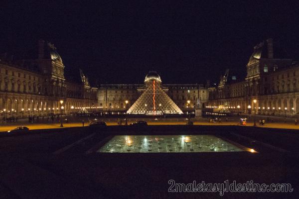 Museo del Louvre de noche