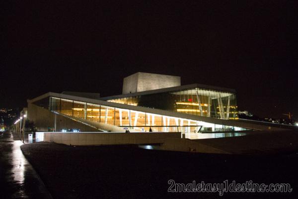 Ópera de Oslo iluminada de noche