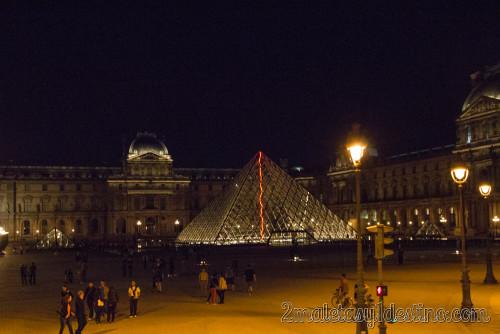 Piramide del Museo Louvre de noche