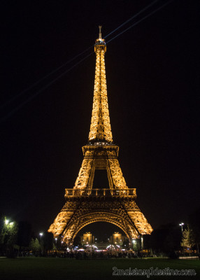 Torre Eiffel ilumada de noche en París