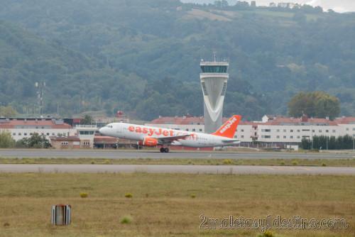 Airbus A320-214 (HB-JYA) easyJet despegando
