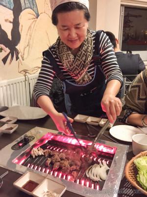 Cocinera coreana en la parrilla