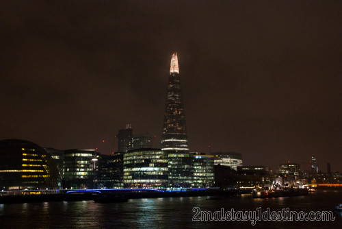 The Sharp Londres de noche iluminado