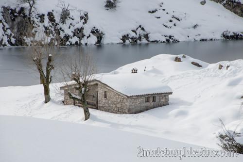 Refugio cubierto de nieve