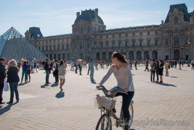 Vanina en bici frente al Museo del Louvre