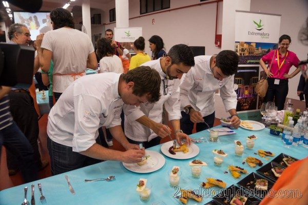 Chefs probando los platos