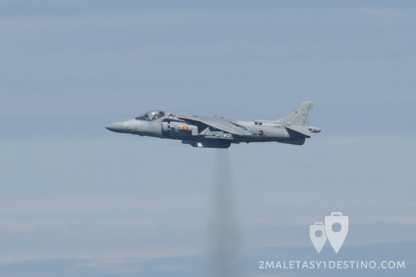 AV-8B Harrier II Plus suspendido en el aire