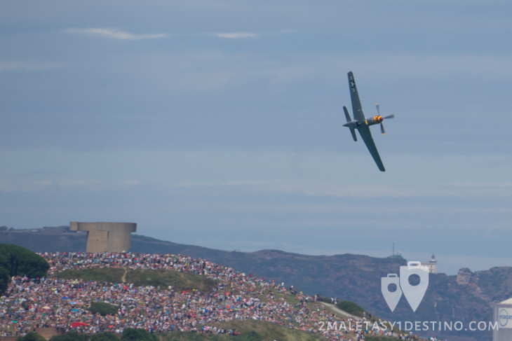 North American P-51 Mustang sobrevuela Gijón