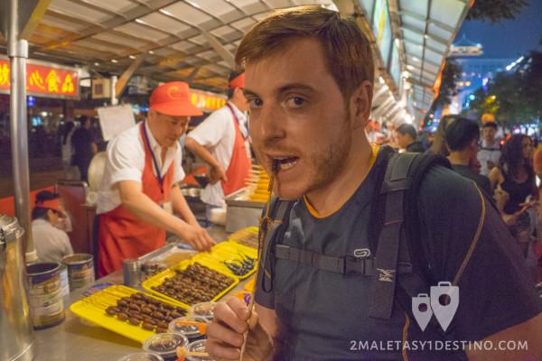 Alfonso Eguino comiendo escorpión en Wangfujing