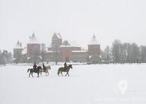Caballos sobre el lago Galve helado en Trakai