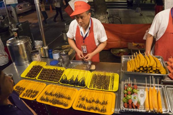Puesto callejero de escorpiones e insectos en Wangfujing