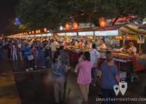 Puestos de comida callejera en Wangfujing