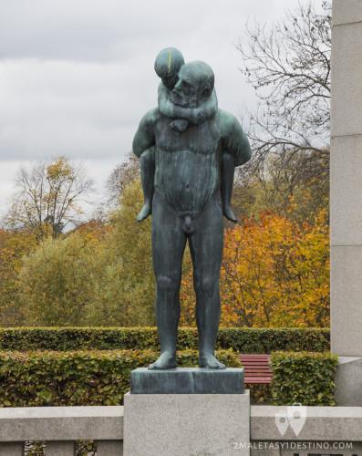 Escultura de abuelo y nieto