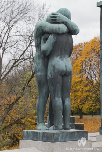 Escultura pareja abrazados
