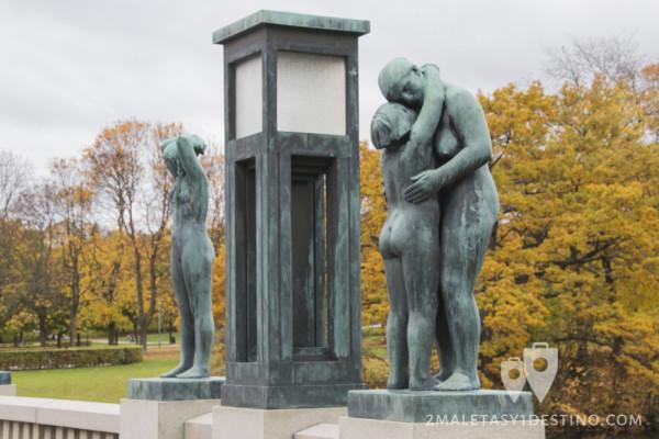 Escultura de pareja abrazada