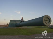 Vanina sobre el Cañón de la batería defensiva costera