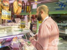 Miguel Llano comprando carne