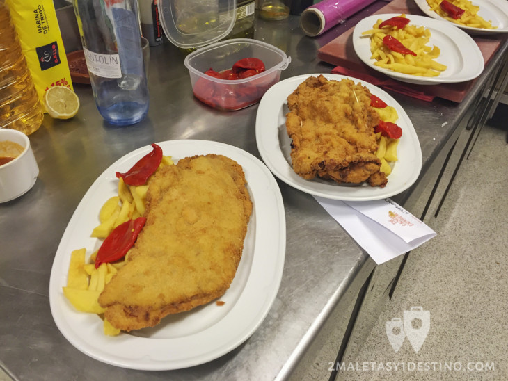 Platos con cachopos, patatas y pimientos