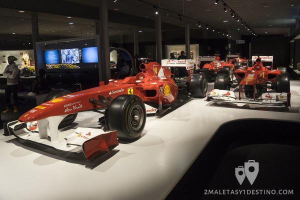 Ferrari 150º Italia (a la izquierda)