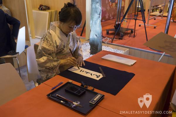 Geisha escribiendo en japonés